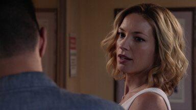 Vingança É Para Novatos - Enquanto Magnum espera pela decisão de Higgins, ele pega um caso de uma mulher desaparecida após o roubo de um banco.