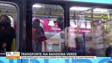 Transporte público em Nova Friburgo, RJ, tem mais movimento após flexibilização - Município teve o primeiro dia na bandeira verde nesta segunda-feira (19).