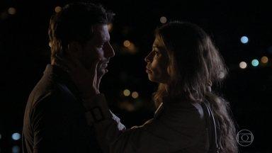 Ester pede que Cassiano tenha cuidado com Alberto - Cassiano promete que os dois vão conseguir viver o amor plenamente em algum momento. Alberto vê as imagens do encontro entre Cassiano e Ester
