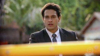 Hélio avisa a Taís que Gonzalo vai à procura de Cassiano - A jovem corre até Bibiana e pede para avisar Donato pelo rádio. Hélio e Gonzalo partem em uma lancha