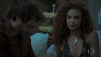 Eurico revela a Leila que Bibi foi namorada de Caio - Noiva do advogado torce o pé ao sair do carro e a esposa de Rubinho a ajuda. Leila percebe que Caio se incomoda mais do que deveria com assunto Bibi