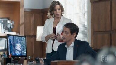 Edgar repreende Ellen e Guto, mas cancela a advertência deles - Os alunos explicam que fugiram por causa da bomba que explodiu no Cora. Malu fica revoltada ao ser desautorizada pelo marido na frente dos dois