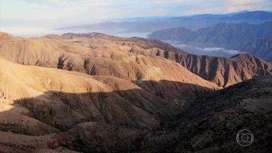 Cerro Blanco, uma das maiores dunas do mundo, tem 2 mil metros de altura - A equipe do Globo Repórter encarou horas de subida íngreme entre pedras, espinhos e outros perigos para mostrar a imensidão da paisagem e o nascer do sol no deserto peruano.