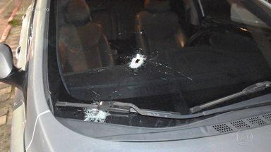 Candidato a prefeito de São José dos Campos (SP) sofre atentado - Segundo o boletim de ocorrência, Anderson Senna, do PSL, estava na área rural do município de Jacareí, no interior do estado, quando dois homens em uma moto atiraram no carro dele. O candidato não foi atingido.