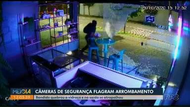 Ladrão esbarra em vidro após furto em loja de Londrina; assista - Câmeras de segurança registraram momento em que ele se atrapalha na fuga.