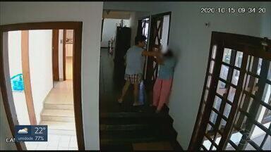 Embaixadora das Filipinas é flagrada agredindo empregada doméstica - A vítima tem cerca de 50 anos, também é filipina e trabalhava na residência diplomática, que fica nos fundos do prédio principal. As agressões foram registradas pelo circuito interno e vistas por um funcionário que não quis se identificar.