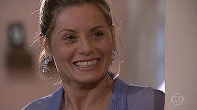Helena fica surpresa com a visita de Miguel - Eles bebem vinho e ouvem a música que vem do apartamento vizinho