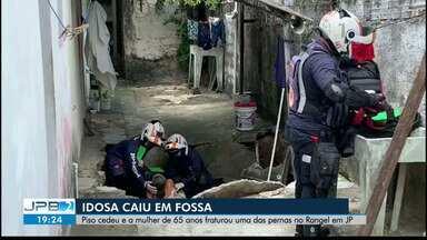 Idosa é resgatada após cair em fossa no quintal de casa, em João Pessoa - Fossa de casa cedeu e a idosa caiu; Bombeiros e Samu foram acionados para o socorro.