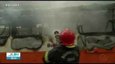 Ônibus pega fogo na avenida Assis de Vasconcelos, em Belém - Ônibus pega fogo na avenida Assis de Vasconcelos, em Belém