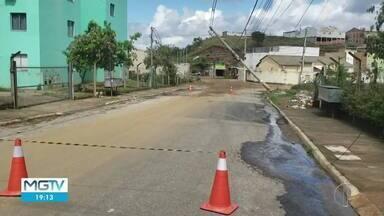 Motorista bate em poste e deixa moradores sem energia elétrica em Valadares - Acidente foi no bairro Vale do Sol.