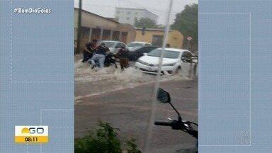 Homem é arrastado durante forte chuva em rua de Jataí - Veja vídeo.