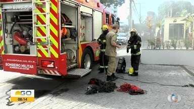 Bombeiros combate incêndio em carro na garagem de apartamento, em Goiânia - Fogo não foi de grandes proporções.