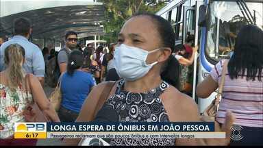 Passageiros reclamam de longa espera nos pontos de ônibus, em João Pessoa - Semob-JP diz que está analisando melhorias no transporte público