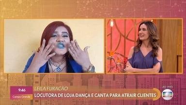 Leila Furacão é locutora de lojas e faz de tudo para promover os produtos - Locutora canta a dança para atrair clientes. Fátima desafia Leila a fazer propaganda de produtos