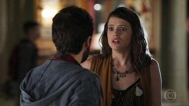 Camila questiona Giovanni sobre seu envolvimento com a explosão - A moça fica atordoada com as lembranças que voltam à sua mente