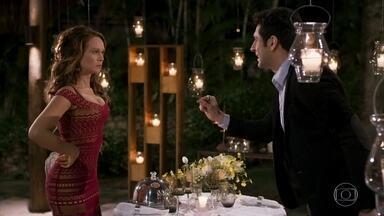 Tancinha aceita jantar com Beto - Beto garante a Tancinha que só quer sua amizade. A feirante desconfia