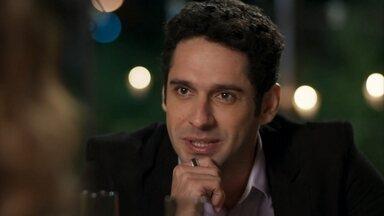 Beto tenta convencer Tancinha a viajar com ele para o Rio de Janeiro - A moça desconfia das intenções do amigo