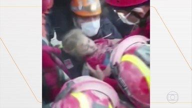 Menina resgatada viva depois de 65 horas nos escombros - Subiu para 81 o número de mortos que atingiu a Grécia e a Turquia, na sexta-feira.