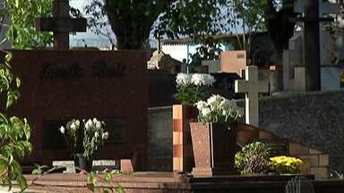 Moradores do Alto Tietê visitam cemitérios no Dia de Finados - Mesmo com a pandemia do novo coronavírus, os visitantes não deixaram de prestar homenagem aos entes queridos.
