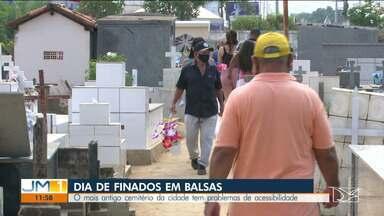 Antigo cemitério de Balsas tem problemas de acessibilidade - Além da aglomeração, há dificuldade de acesso aos túmulos no mais antigo cemitério da cidade, que está superlotado.