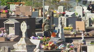 Veja o movimento dos principais cemitérios do RS no feriado de Finados - Mesmo com pandemia, familiares aproveitam para visitar túmulos e homenagear entes queridos.