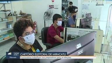 Cartório Eleitoral de Miracatu se prepara para eleições - Funcionários trabalham nos preparativos para as eleições e já separaram o material de prevenção a Covid-19.