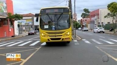 Ônibus do transporte coletivo circulam durante o feriado em Presidente Prudente - Veículos estão nas ruas.