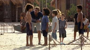 Samuca e Cassiano se divertem na praia - Ester fica feliz ao saber que os dois estão juntos. Candinho aparece e o piloto arruma um jeito de incluí-lo na brincadeira