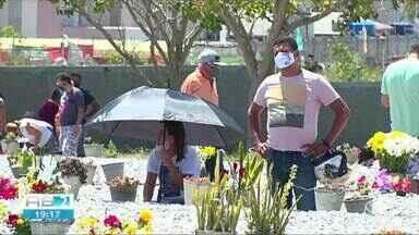População visita cemitérios no Dia de Finados em Caruaru - Número de visitantes foi considerado baixo em relação ao ano passado.