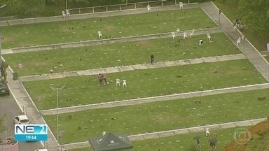 Com restrições, cemitérios registram movimento tranquilo no Dia de Finados - Muitas famílias foram aos cemitérios prestar homenagens às vítimas da pandemia da Covid-19.