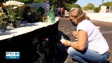 Familiares e amigos prestam homenagens a entes queridos no Cemitério São João Batista - Veja como foi o movimento em Presidente Prudente no Dia de Finados.