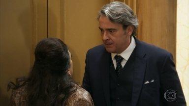 Aparício engana Teodora para fugir de reunião com Rebeca - O vice-presidente resolve se disfarçar de faxineiro