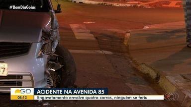 Quatro carros se envolvem em engavetamento na Avenida 85, em Goiânia - Ninguém se feriu.