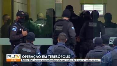 Polícia cumpre mandados de prisão por tráfico de drogas e roubos de rua em Teresópolis - Até o momento, operação da Polícia Civil prendeu oito pessoas.