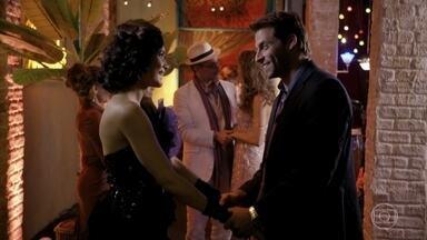 Cassiano parabeniza Cristal pelo show - Ester fica de olho no amado