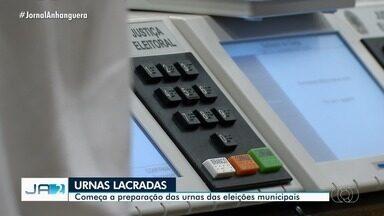 Urnas eletrônicas utilizadas no primeiro turno de eleições começam a ser lacradas - População pode acompanhar o processo.