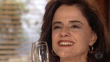 Alma comemora crise no relacionamento de Helena e Edu - Estela pergunta se o irmão está aproveitando o tempo que Helena lhe deu para pensar. Alma ouve e comemora tomando champanhe com Danilo