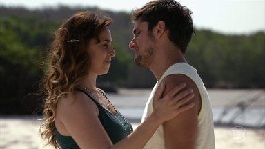 Natália e Juliano fazem as pazes - O pescador fica feliz ao saber que Natália expulsou Reinaldo de casa