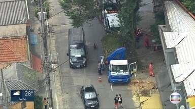 Árvore cai no Ipiranga e dificulta trânsito na região - Ocorrência foi na Rua Antônio Marcondes e funcionários da prefeitura trabalham na remoção dos galhos.