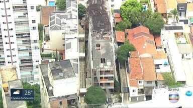 Defesa Civil vistoria prédio na Vila Mariana - Vizinhos relataram barulhos de desmoronamento na estrutura, que está em obras há pelo menos 5 anos. Técnicos da prefeitura afirmaram que parte da cobertura de madeira cedeu, mas não há risco de colapso da construção.