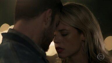 Zeca e Jeiza se beijam - Após discussão, os dois acabam se entregando à paixão