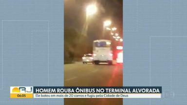 Homem rouba ônibus no Terminal Alvorada e bate em mais de 20 carros - Ele foi dirigindo até o Recreio e acabou fugindo pela Cidade de Deus, no caminho bateu em mais de 20 carros.