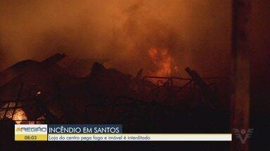 Incêndio atinge loja de sapatos no Centro de Santos, SP - Loja ficou completamente destruída.