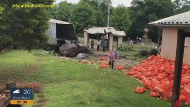 Caminhão carregado de cebolas deixa 12 pessoas feridas em Santa Maria do Herval - Assista ao vídeo.