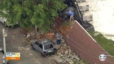 Muro desaba durante temporal em São Paulo - Dois carros foram atingidos, mas não houve feridos.