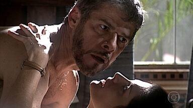 Íris interrompe encontro amoroso entre Pedro e Cíntia - O embate amoroso é interrompido pela voz de Íris, que está disposta a conversar com o primo. Cíntia vai embora, prometendo voltar. Pedro fica furioso e ameaça bater em Íris com o cinto