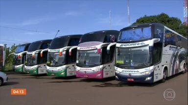 PRF intercepta comboio de ônibus com imigrantes ilegais em Campo Grande, MS - A Polícia Rodoviária Federal interceptou um comboio de ônibus com imigrantes ilegais, na BR-262, em Campo Grande, Mato Grosso do Sul. Os passageiros, bolivianos, teriam entrado clandestinamente no Brasil.