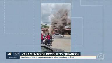 Produtos químicos vazam e formam nuvem de fumaça escura - Bombeiros atuaram para combater o incêndio, em Lagoa Santa.