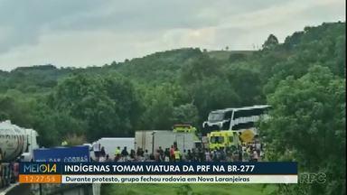 Indígenas protestam e tomam viatura da PRF na BR-277, em Nova Laranjeiras - Durante protesto, grupo fechou rodovia.