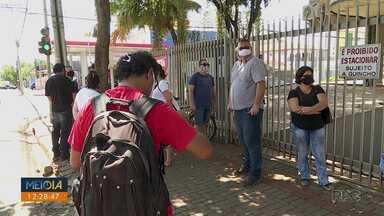 Professores e representantes da APP-Sindicato protestam contra processo seletivo - Manifestantes pedem que a prova para a contratação de professores PSS seja suspensa. Além disso, os manifestantes são contra a volta de aulas presenciais e a implantação de escolas cívico-militares.